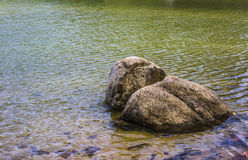 Roche dans le lac Photo stock
