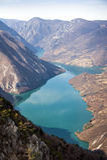 Roche de Banjska de point de vue à la montagne Tara regardant vers le bas au canyon de la rivière de Drina, Serbie occidentale Photo stock
