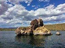 Roche de bateau au lac Saguaro dans la réserve forestière de Tonto, Arizona, Etats-Unis Images stock
