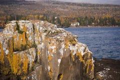 roche de bord de lac de formation Photographie stock