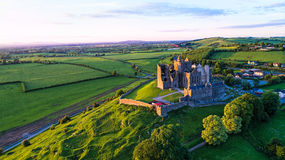Roche de château de Cashel au temps de coucher du soleil, Co Tipperary, Irlande Photo stock