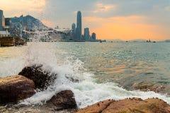 Roche de coup de vagues en Victoria Harbour de Hong Kong Photographie stock