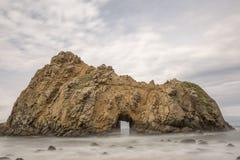 Roche de fenêtre à la plage de Pfeiffer photos stock