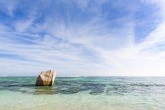 Roche de granit dans la lagune, La Digue, Seychelles Photo libre de droits