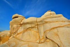 Roche de granit de désagrégation dans la forme et la couleur décrites Image stock