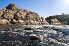 Roche de Granit et flot du fleuve Photographie stock libre de droits