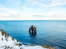 Roche de Hvitserkur en mer, Islande Photos stock
