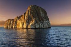Roche de joueur au coucher du soleil - îles de Galapagos Images stock