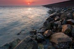Roche de la mer avant le paysage Photographie stock libre de droits