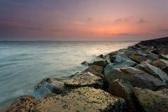 Roche de la mer avant le paysage Photo stock