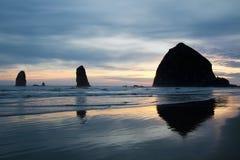 Roche de meule de foin sur la plage Orégon de canon Photographie stock libre de droits