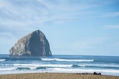 Roche de meule de foin et côte centrale de l'Orégon de plage d'océan Photo stock