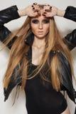 Roche de mode. Modèle avec le long cheveu, vêtement noir images libres de droits