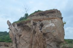 Roche de montagne dans un endroit qui est brun blanchâtre image stock