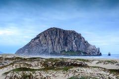 Roche de Morro avec Sandy Dunes de plage de crique de Morro Image libre de droits