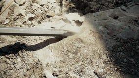 Roche de nature de démolition avec le marteau piqueur banque de vidéos