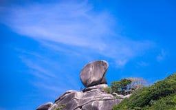 Roche de navigation, mer claire et ciel bleu sur l'île de Koh Similan Photos stock