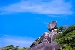 Roche de navigation, mer claire et ciel bleu sur l'île de Koh Similan Photographie stock libre de droits