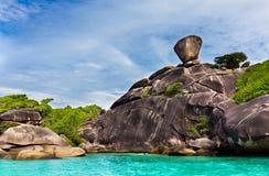 Roche de navigation, mer claire et ciel bleu sur l'île de Koh Similan, les îles de Similan de groupe, mer d'Andaman, Thaïlande photo stock