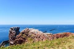 Roche de pile de mer de Lange Anna sur l'île de Helgoland contre la mer bleue le temps clair Photo stock