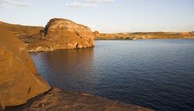 Roche de Powell de lac au coucher du soleil Photos stock