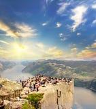 Roche de pupitre au lever de soleil en Norvège fond plus de ma course de portefeuille Image libre de droits