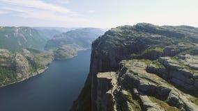 Roche de pupitre chez Lysefjorden en Norvège L'attraction touristique la plus célèbre dans Ryfylke, tours par 604 mètres impressi banque de vidéos