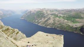 Roche de pupitre chez Lysefjorden en Norvège L'attraction touristique la plus célèbre dans Ryfylke, tours par 604 mètres impressi clips vidéos