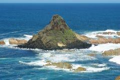 Roche de pyramide à l'île de phillip Images stock
