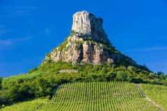 Roche de Solutre avec des vignes Photo stock