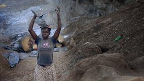 Roche de transport de pauvre femme en Afrique banque de vidéos