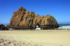 Roche de trou de la serrure chez Julia Pfeiffer Beach State Park, Big Sur, la Californie Photos stock