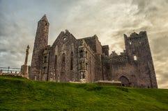 Roche des ruines de Cashel de la chapelle de Cormac en Irlande photo stock