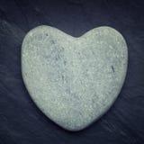 Roche en forme de coeur de zen gris sur une tuile Images stock