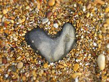 Roche en forme de coeur de granit sur un Pebble Beach Photographie stock