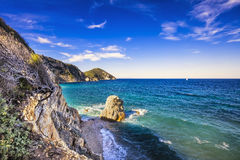 Roche en mer bleue Plage de Sansone Elba Island La Toscane, Italie, Photos stock