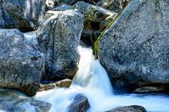 Roche en rivière Photo libre de droits