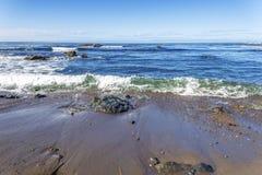 Roche et formations géologiques peu communes à marée basse Photo stock