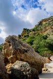 Roche et montagne dans le jour nuageux sur la plage de Creiro, parc naturel de bida de ¡ de Serra DA ArrÃ, Setúbal - Portugal photo stock