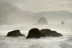 Roche et montagnes de meule de foin en brouillard Photos stock
