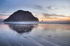 Roche et plage de baie de Morro le soir de coucher du soleil Photos stock