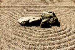 Roche et sable de zen photographie stock libre de droits