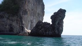 Roche formée par chameau en mer banque de vidéos
