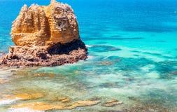Roche géante dans l'eau de mer le long de la grande route d'océan, Australie Photo libre de droits