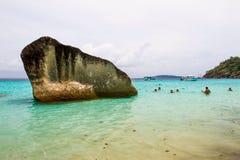 Roche géante dans la plage Images stock