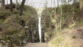 Roche Gap, roches de grès, massifs de roche dans le paysage s'élevant de forêt, grandes pierres banque de vidéos