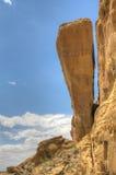 Roche gigantesque treatening pour tomber et pour interrompre le mur en pierre Photo libre de droits