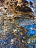 Roche humide, formations en pierre images libres de droits