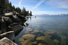 Roche, lac, et horizontal de montagne images libres de droits