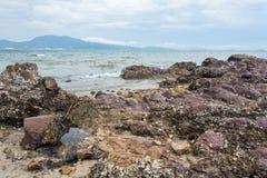 Roche, mer, île, et ciel photographie stock